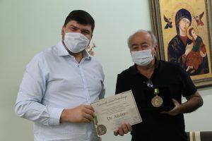 Deputado Estadual Dr. Antônio ao lado presidente da Vila segurando certificado em comenda