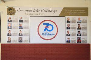 Parede que mostra um mural com fotos dos parlamentares que destinaram emendas